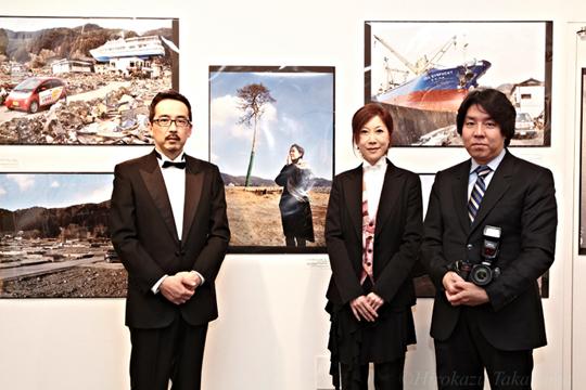 国際フォトジャーナリスト 河田雅史さん、奏者の高桑さんと。(写真:高山浩数)