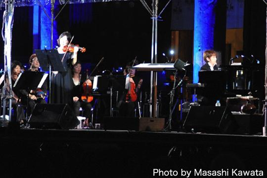 ファーストヴァイオリン:桐山なぎささんと。 興福寺・阿修羅様の番組や映像の為に作曲させていただいた「紫音」を演奏中。